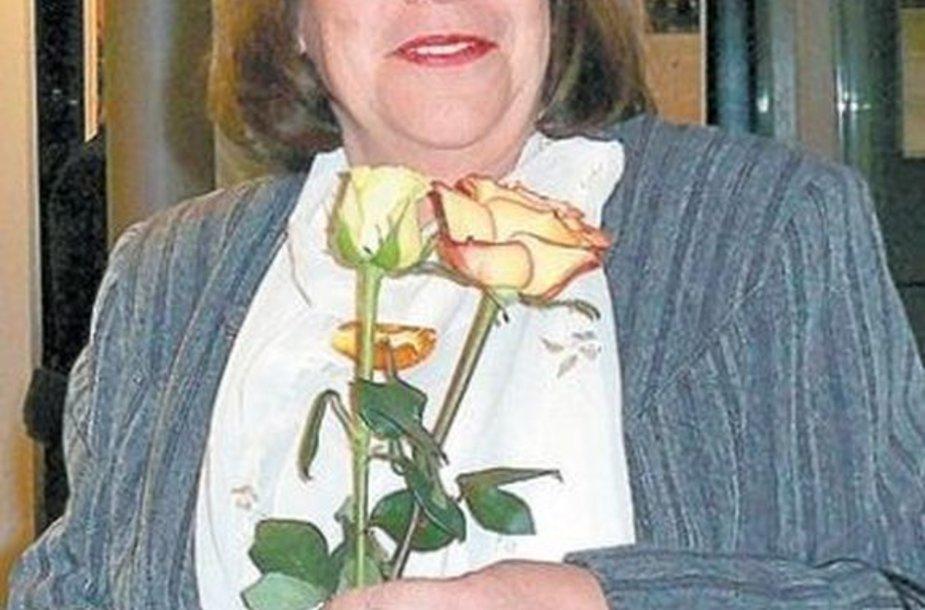 Gėlės vertėjai D.Sirijos Giraitei per knygos pristatymą Estijos ambasadoje.