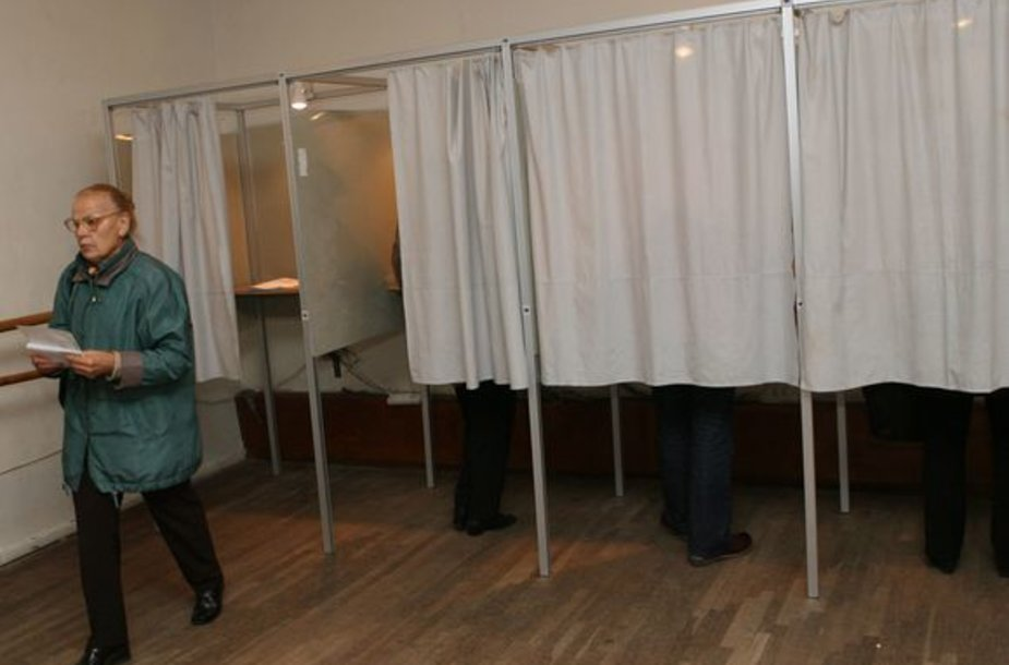Rinkėjos balsas tuoj paklius į balsadėžę.