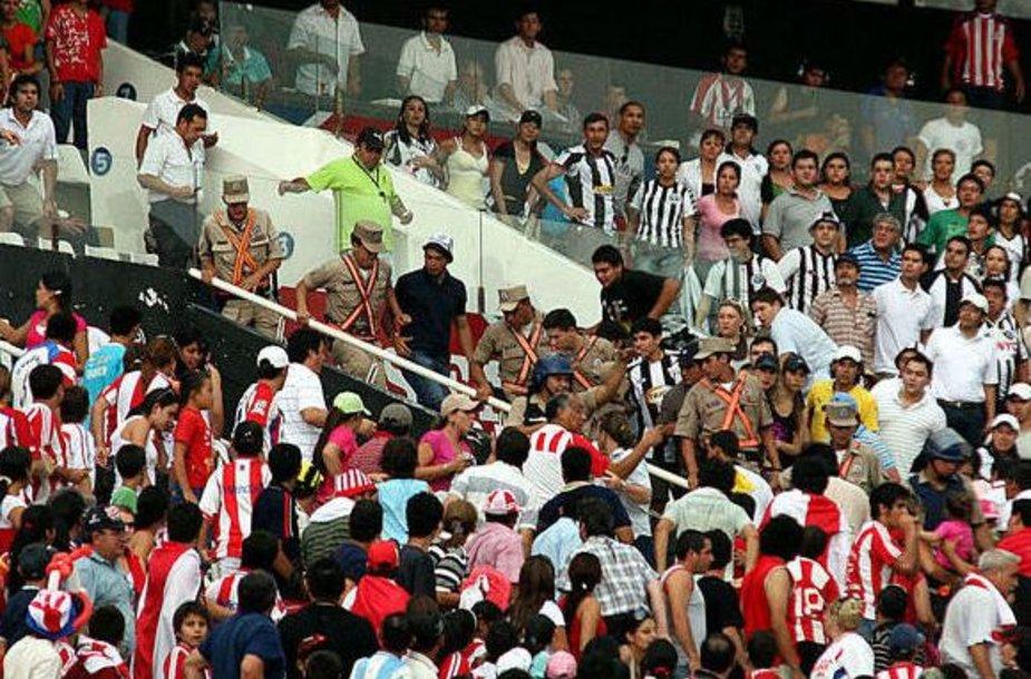 Iš stadiono evakuojami žiūrovai