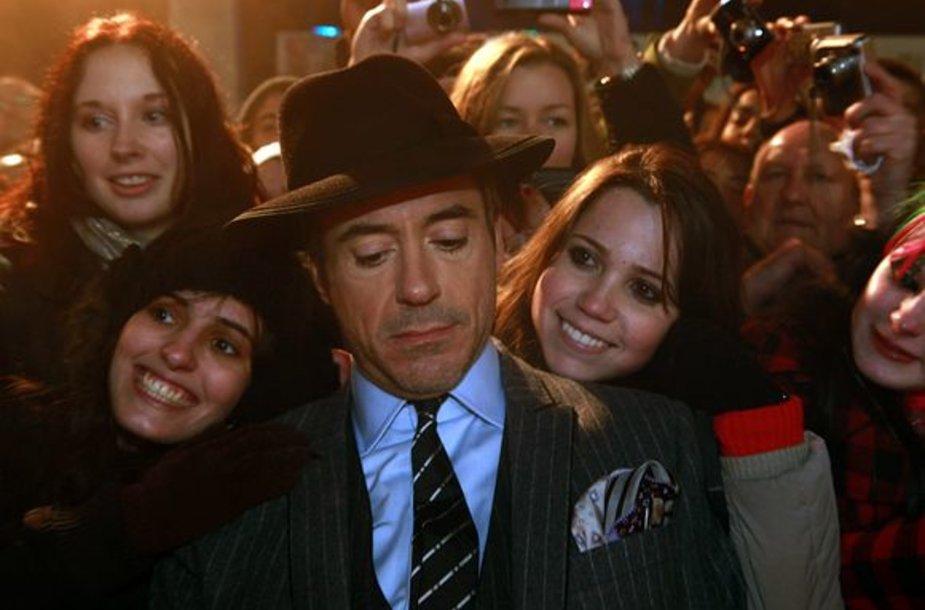 """Tūkstančiai gerbėjų sveikino su premjera filmo """"Šerlokas Holmsas"""" kūrėjus"""