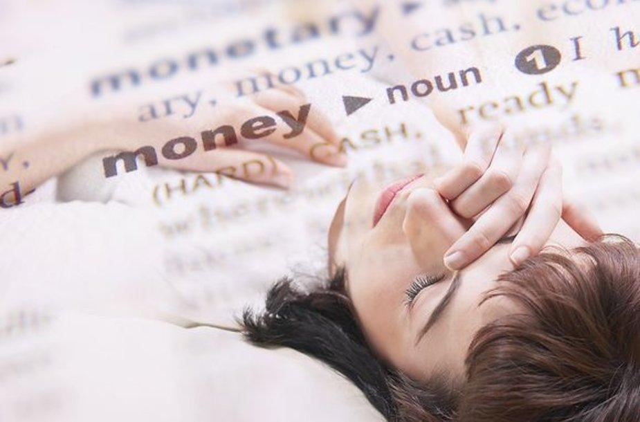 Moteris jaudinasi dėl pinigų