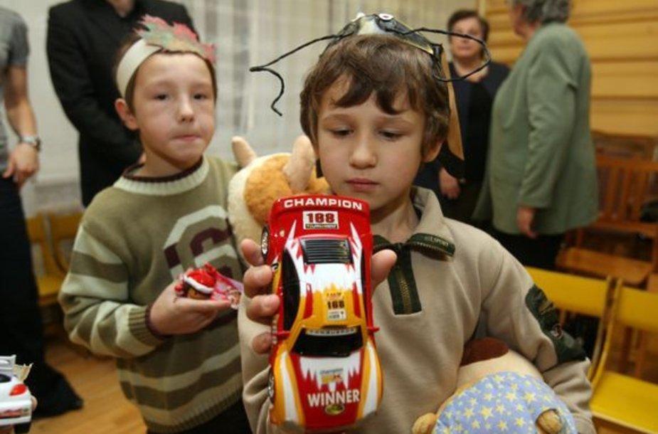 Vaikai džiaugiasi dovanomis