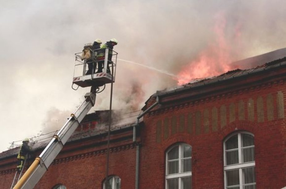 Didžiulės ugniagesių pajėgos trečiadienio rytą skubėjo gesinti Šilutės turizmo ir paslaugų mokykloje įsiplieskusio gaisro.