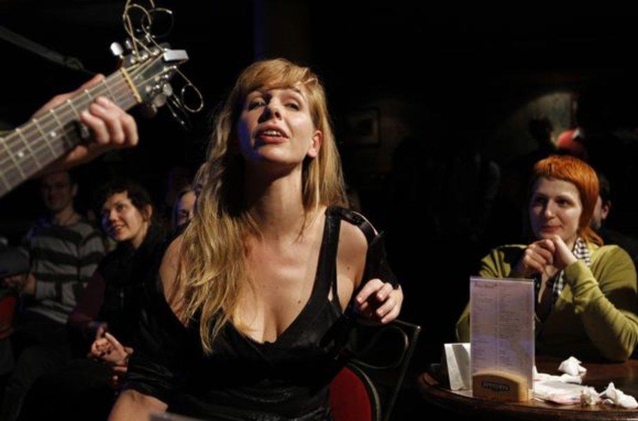 """Šeštadienį sostinės klube """"New York"""" susirinkusiems prancūziškos muzikos ir kultūros gerbėjams koncertą surengė svečiai iš Paryžiaus - JP Nataf ir Barbara Carlotti."""