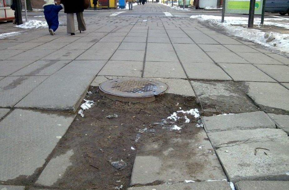 Neestetiškai atrodanti S.Daukanto gatvės atkarpa užkliuvo Kauno merui. Valdininkų teigimu, mieste yra prastesnės būklės vietų, kurias pirmiausia reikėtų tvarkyti.