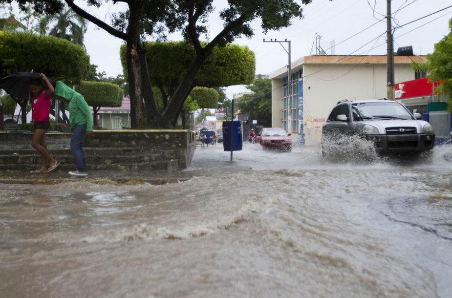 Atogrąžų audra Izaokas pasiekė sausumą pietų Haityje.