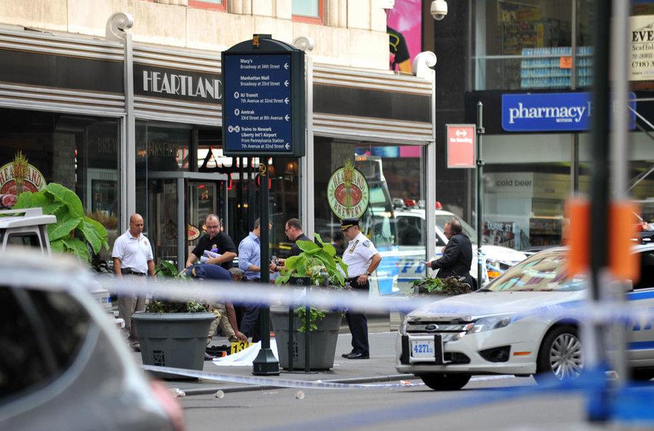 Prie gausybės turistų sulaukiančio dangoraižio Niujorke – kruvinas išpuolis.
