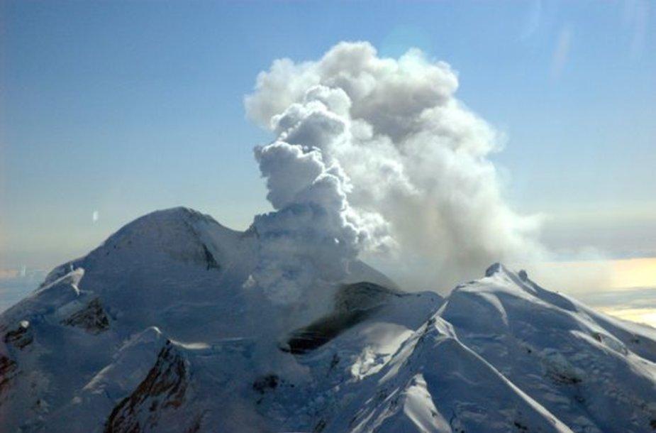 Aliaskoje išsiveržė Redauto ugnikalnis.
