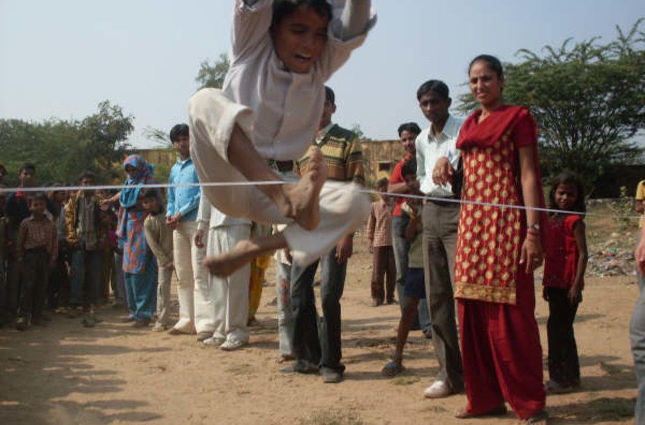 Indijos vaikams būsimi mokytojai surengė sporto varžybas.