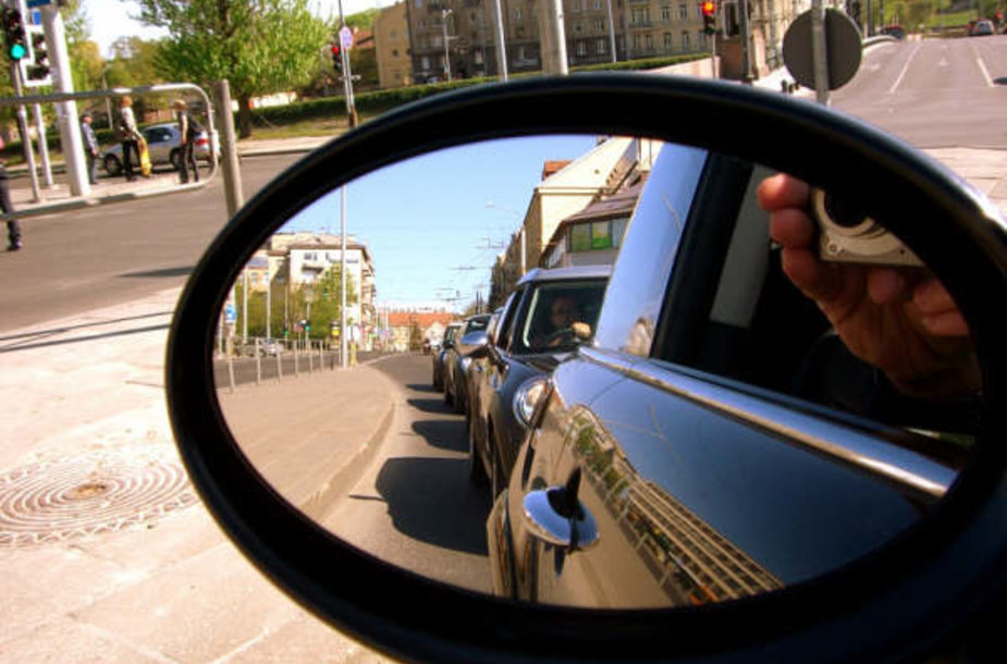 """Penktadienį įvyko automobilių """"Mini Cooper"""" suvažiavimas. Tai stilingi, išskirtiniai automobiliukai, kurių Lietuvoje nėra daug, tačiau jų nepastebėti neįmanoma."""
