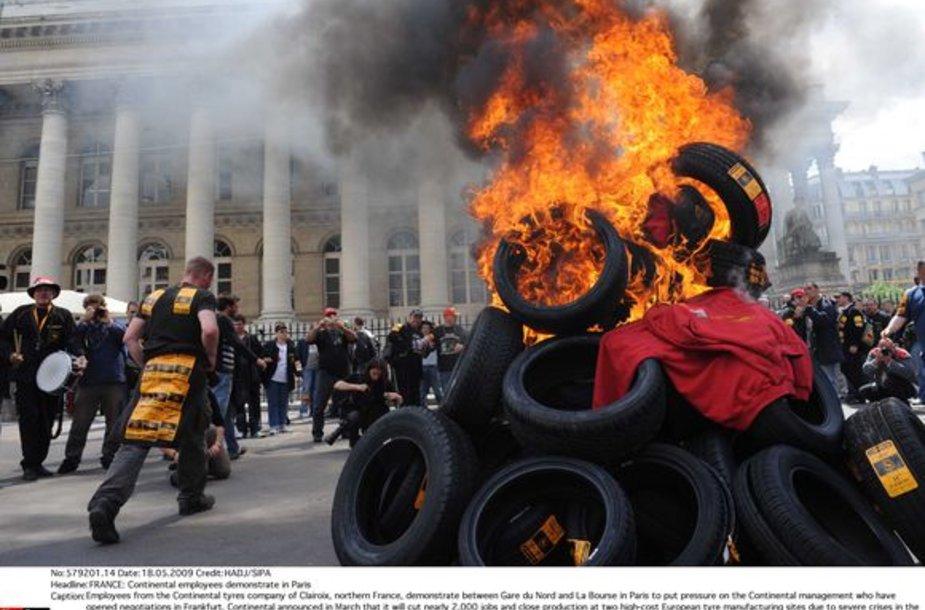 Protestuojantys darbininkai Paryžiuje degina padangas.