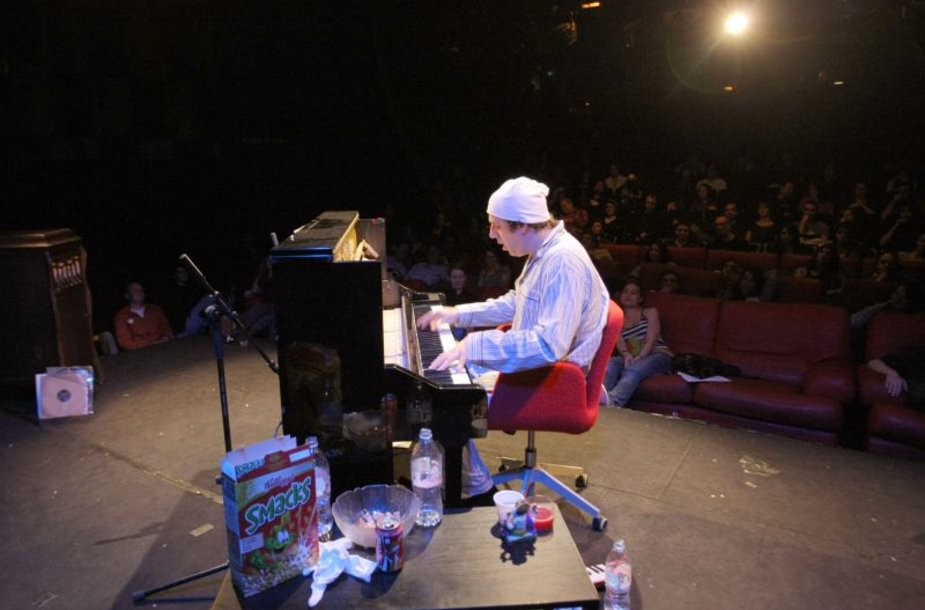 Kanadietis muzikantas Gonzales pagerino ilgiausio solo koncerto rekordą.
