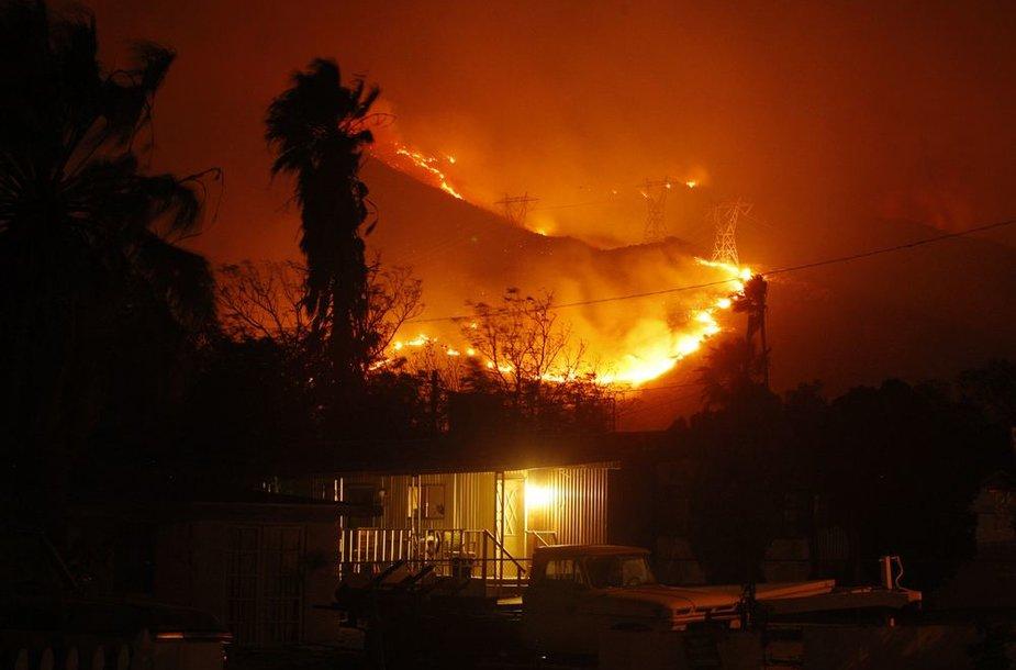 Kalifornijoje plečiasi miško gaisrai.