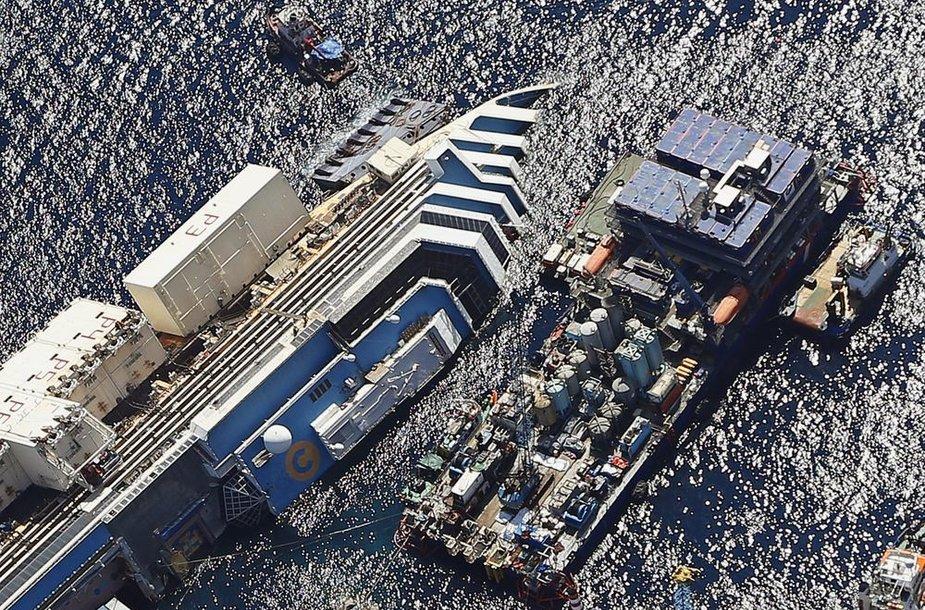 """Džiljo salos pakrantėje netrukus prasidės laivo """"Costa Concordia"""" iškėlimas."""