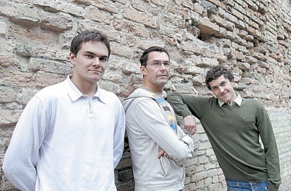 Baleto garsenybė Petras Skirmantas (centre) su sūnumis Dominyku (kairėje) ir Kristijonu.
