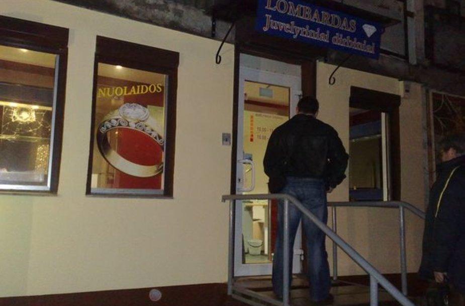 Vilniuje trys kaukėti ir ginkluoti nusikaltėliai apiplėšė lombardą.