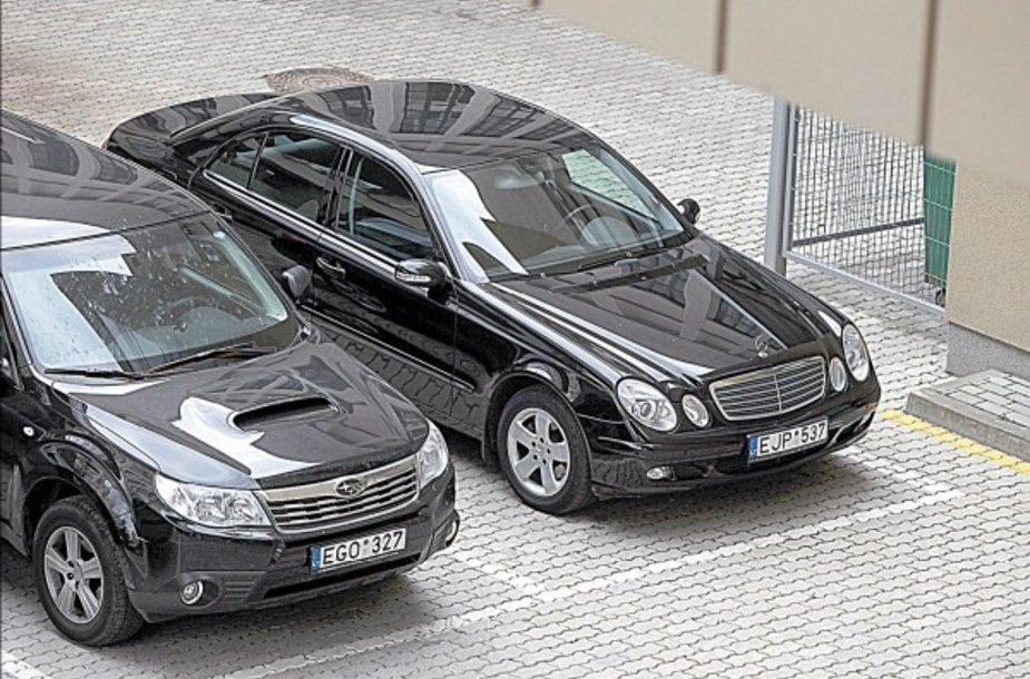 Brangius automobilius nuomojantys parlamentarai toliau savo poelgiais erzina visuomenę.