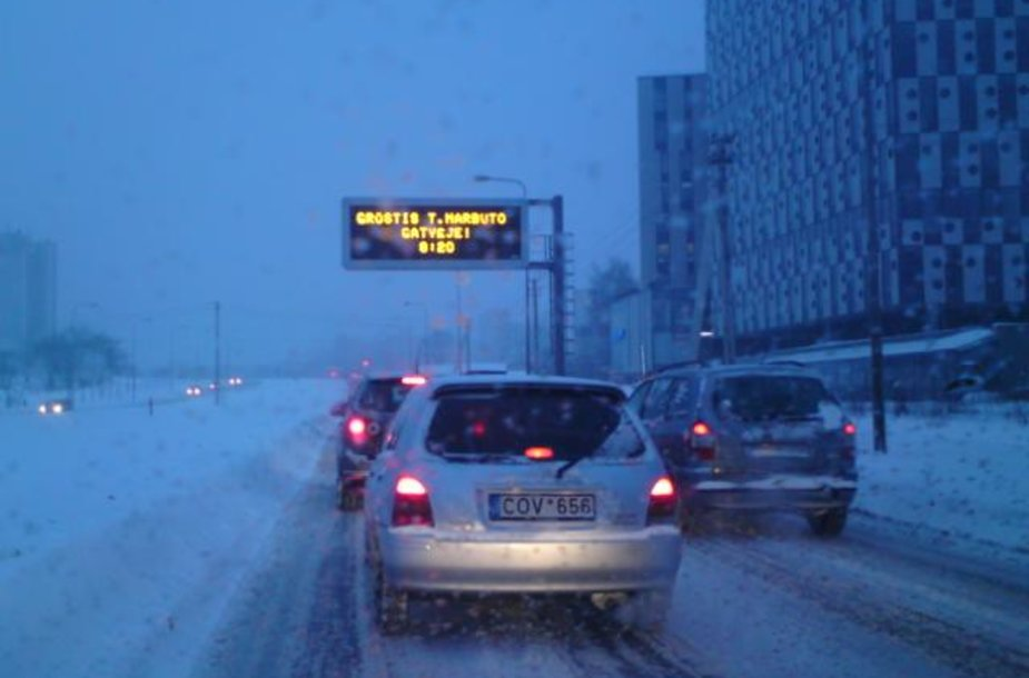 Sninga kelyje