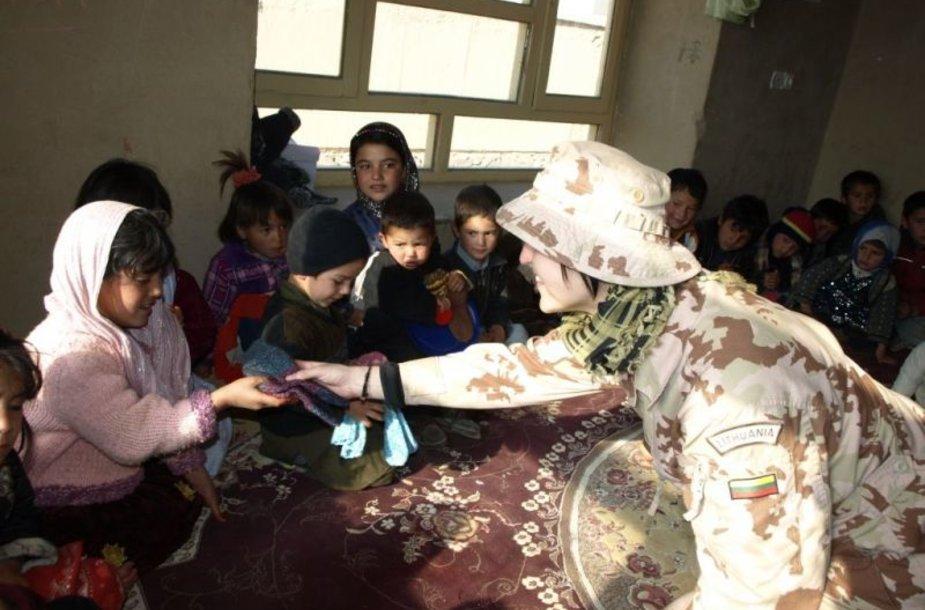 Akimirka iš PAG-12 karių apsilankymo Čagčarano vaikų darželyje ir vaikų globos namuose.