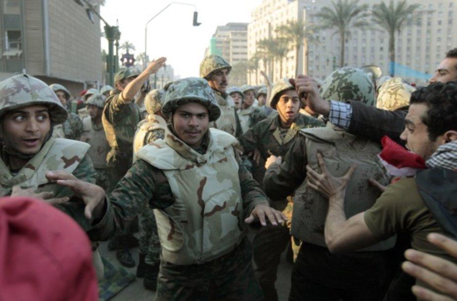 Egipte kariai susistumdė su protestuotojais.