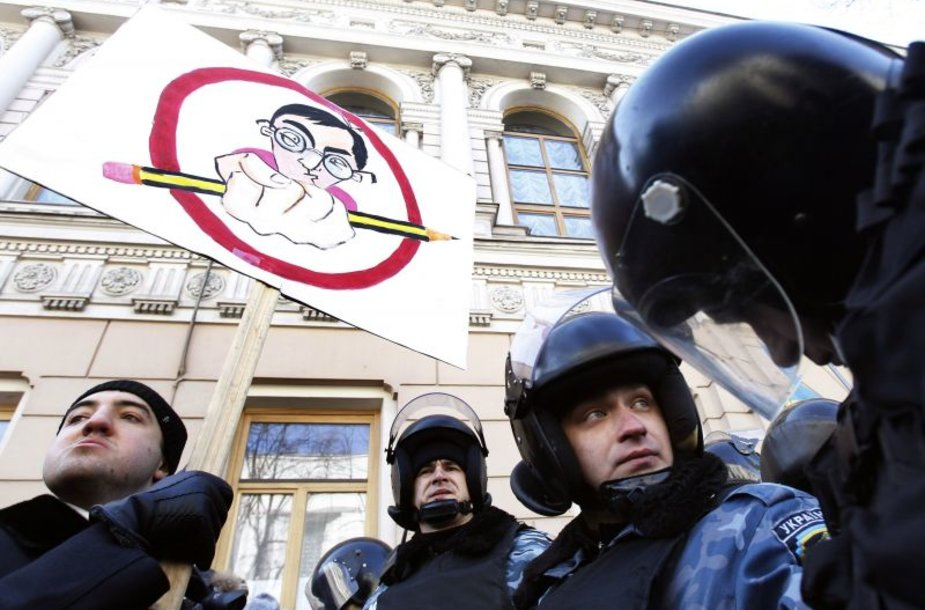 Protestuojantis jaunimas reikalauja šalies švietimo ir sporto reikalų ministro Dmitrijaus Tabačnyko atsistatydinimo.