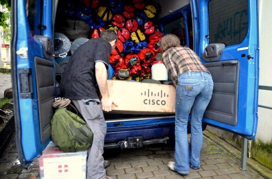 Speleologų mikroautobusas ruošiamas kelionei.