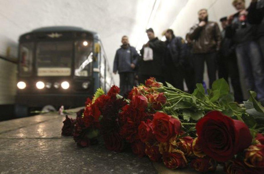 Žmonės išreiškia pagarbą žuvusiems.