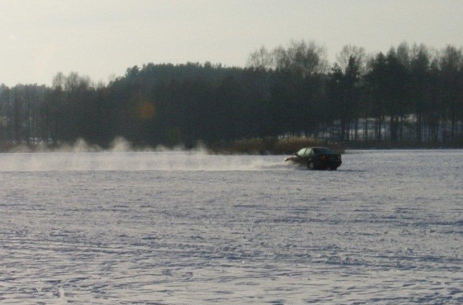 Užšalęs Salotės ežeras, žmones gąsdina automobilis