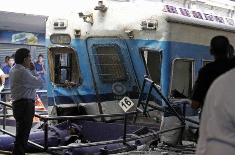 Buenos Airėse traukinys rėžėsi į peroną.