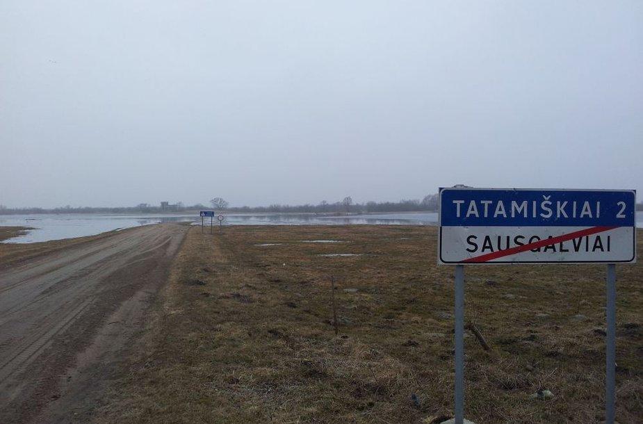 Potvynio vanduo apsėmė kelius netoli Paleičių kaimo, visai netoli Rusnės