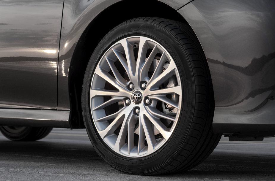 """Aštuntos kartos """"Toyota Camry"""" – tik su hibridine jėgaine"""