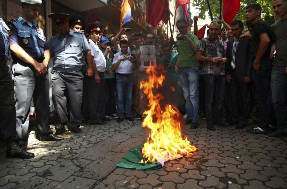 Jerevane protestuotojai degino Vengrijos vėliavą