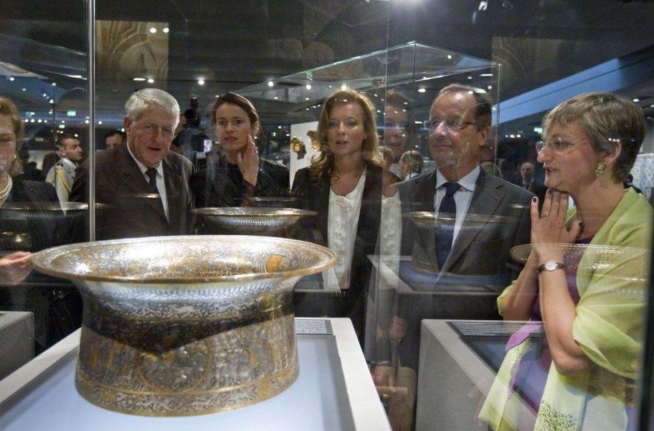 Islamo meno paroda Luvre:  Prancūzijos prezidentas Francois Hollande'as ir jo draugė Valerie Trierweiler klausosi pasakojimo