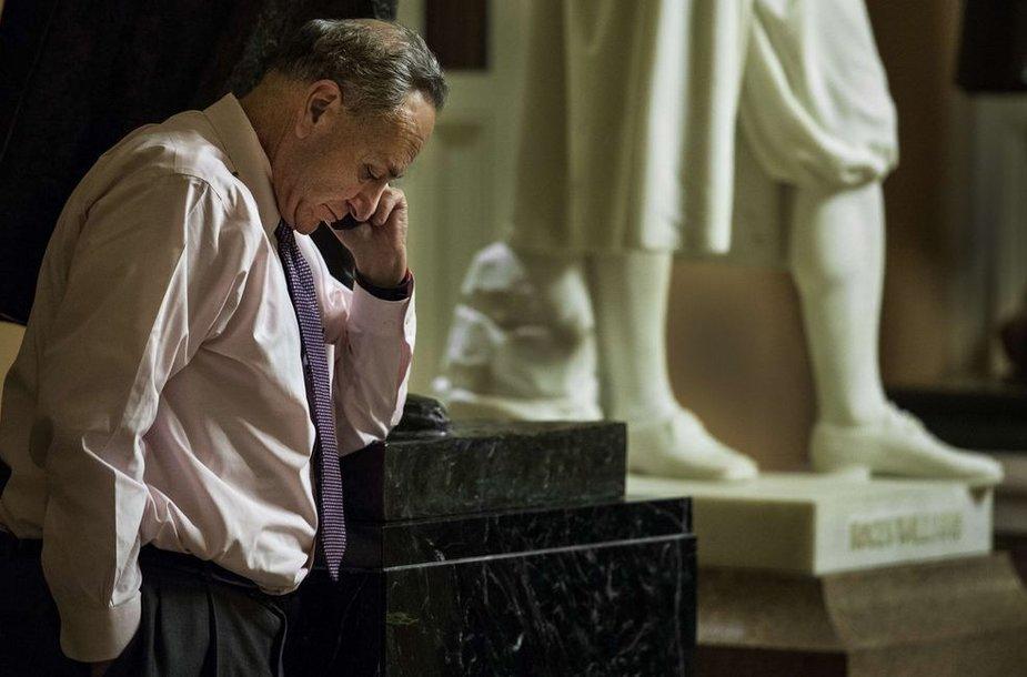 JAV senatorius Charlesas Schumeras po posėdžio kalba mobiliuoju telefonu