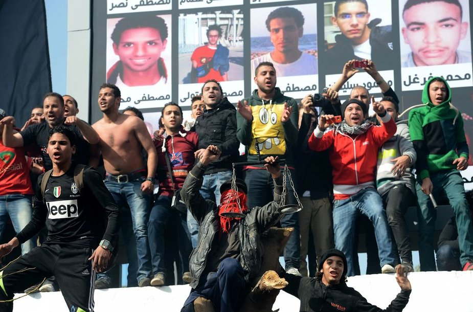 """Egipto futbolo klubo """"Al-Ahly"""" fanai Kaire prie suimtųjų plakatų"""
