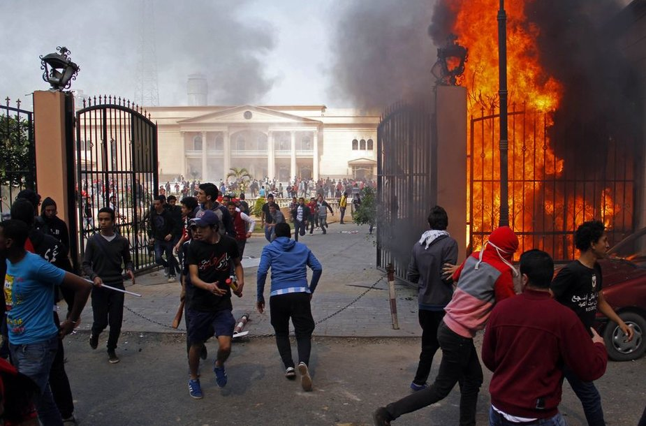 Egipte vėl kilo neramumai, sirgaliai padegė karininkų klubą.