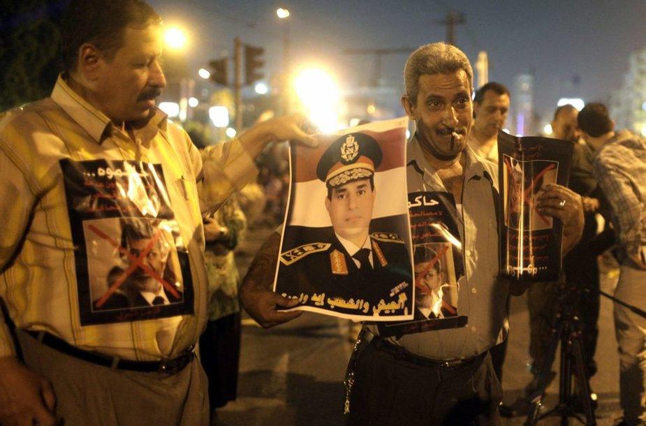 Protestai už ir prieš M.Mursi padalijo Egiptą į dvi dalis