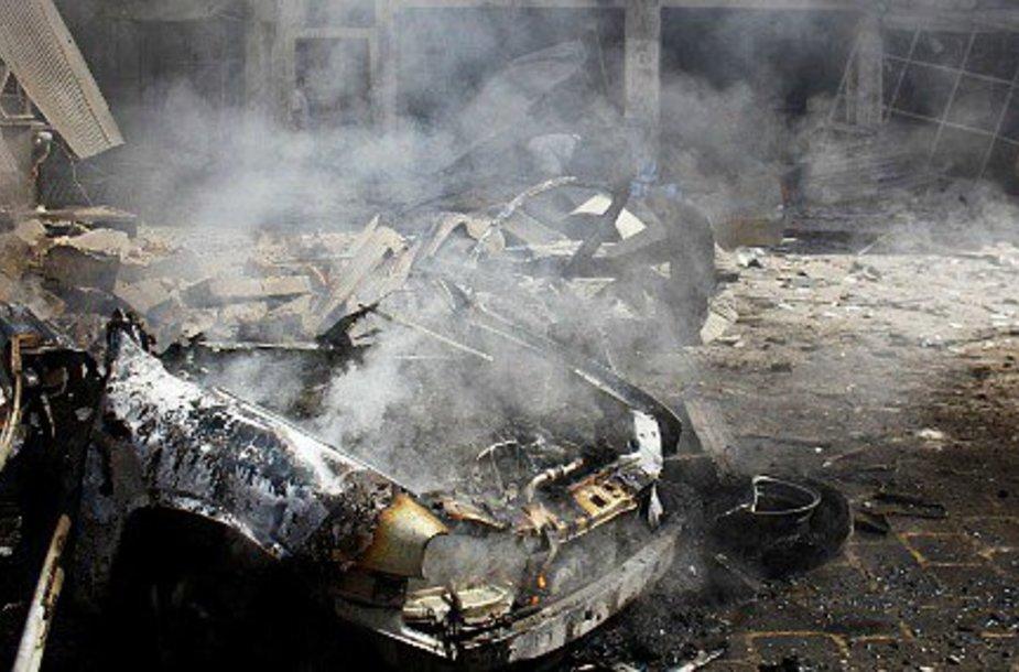 Protestuotojai Meksikoje ėmė deginti automobilius.