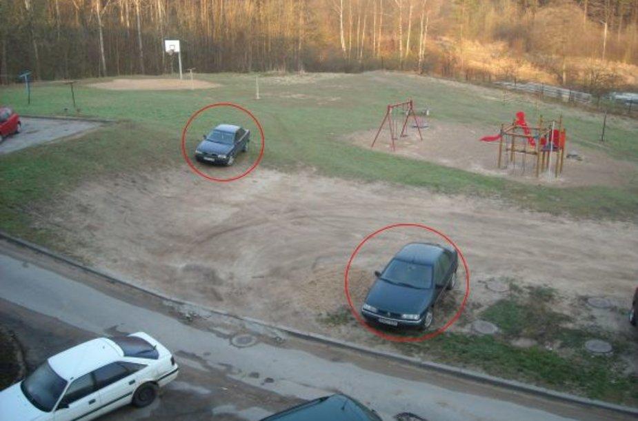 Fotopolicija. Automobiliai Vaduvos gatvėje, Vilniuje, ant žolės
