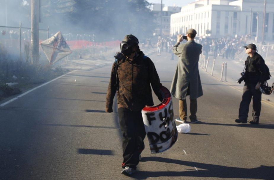 Oklande protestuotojai susigrūmė su policija.