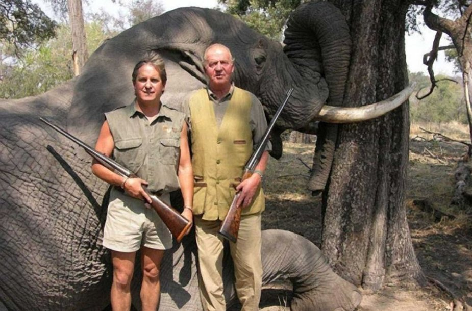 Ispanijos karalius Juanas Carlosas II (dešinėje) ne pirmą kartą dalyvauja dramblių žudynėse Botsvanoje. Ši nuotrauka daryta 2006 metais.