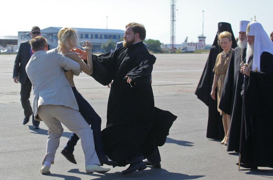 """""""Femen"""" aktyvistės nepraleido progos surengti išpuolį prieš patriarchą Kirilą."""