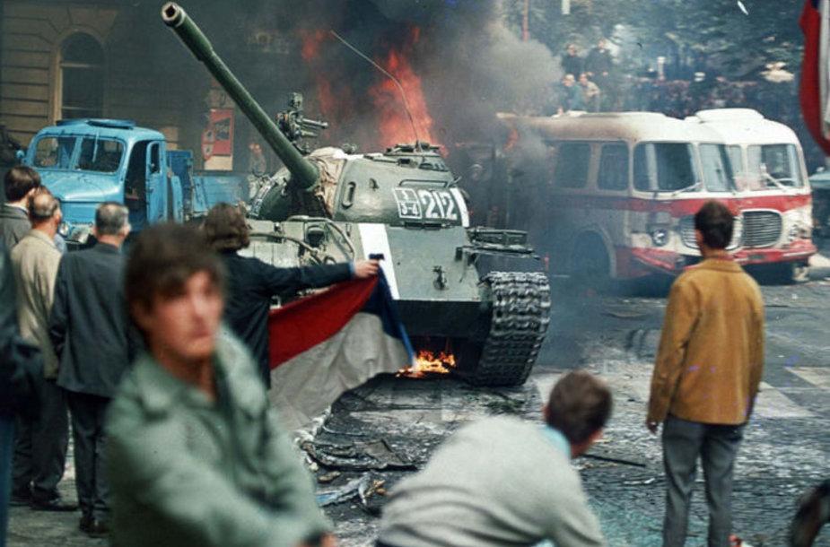 Prahos gyventojai mėgina sustabdyti sovietų tanką (1968 m. rugpjūčio 21 d.).