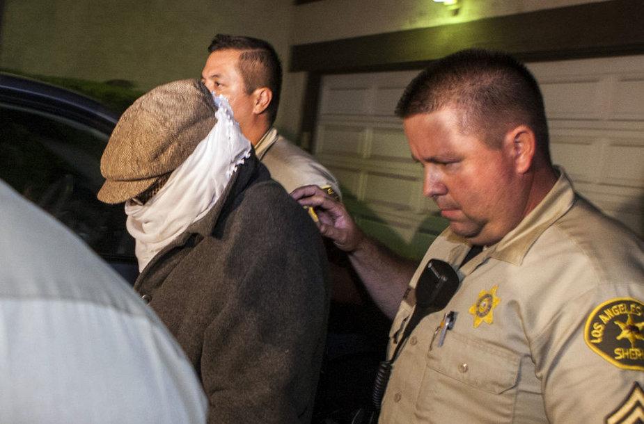 Policijos sulaikytas asmuo slėpė savo veidą.