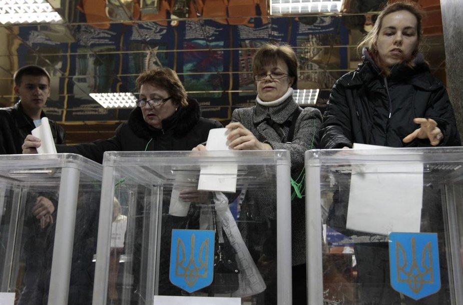 Ukrainiečiai balsuoja Aukščiausiosios Rados rinkimuose.