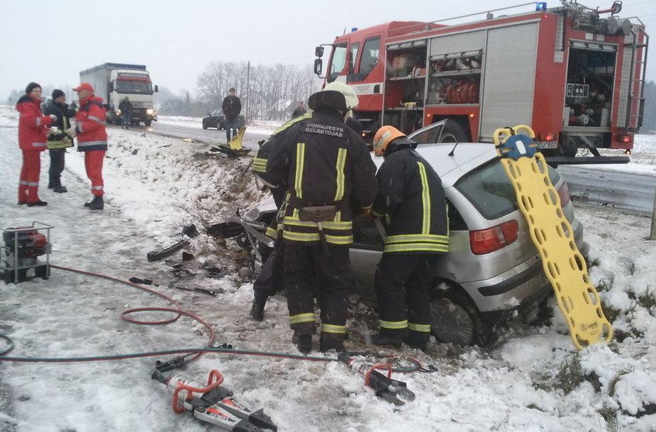 SEAT vairuotoją iš sumaitoto automobilio išlaisvino ugniagesiai gelbėtojai.