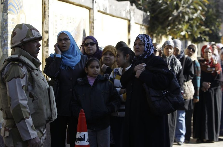 Egiptiečiai laukia eilėje prie balsavimo apylinkės.