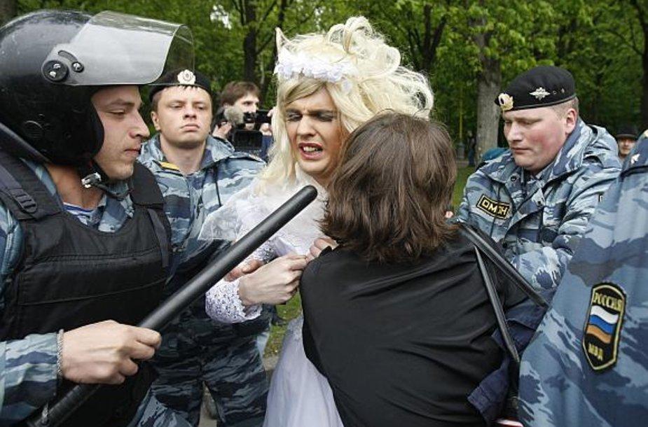 Milicija sulaiko nuotakos suknele apsirengusį vyrą.