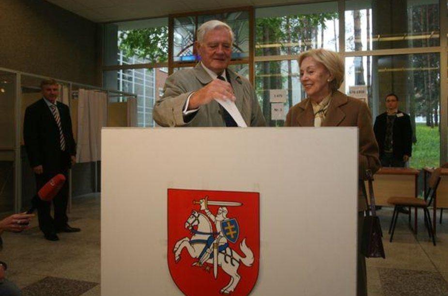 Valdas Adamkus balsavo kartu su žmona Alma.
