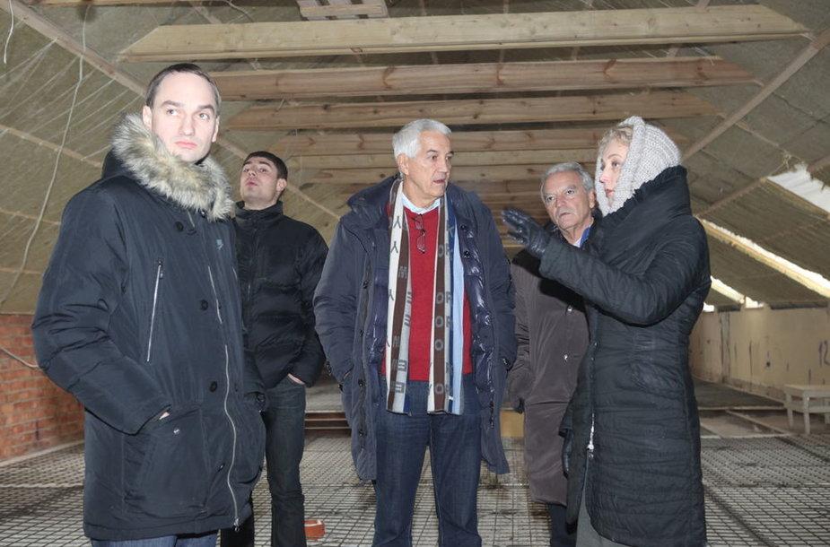 """2011 m. pradžioje Mindaugas Balčiūnas (kairėje) drauge su """"FIBA Europe"""" generaliniu sekretoriumi Naru Zanolinu (viduryje) klausėsi viešbučio """"Romantic"""" savininkės Dalios Kuklierienės (dešinėje) pasakojimo, kaip rekonstruojamas viešbutis."""
